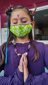 Melissa, 7 anos, praticando meditação na escola